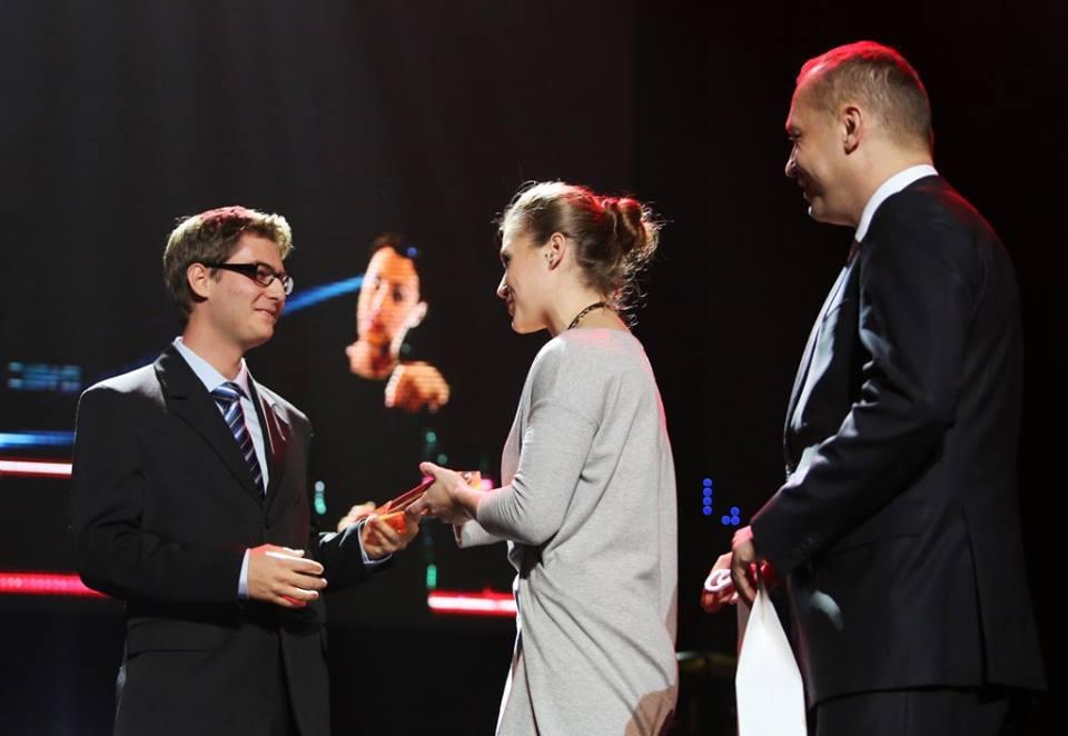 Odbiór statuetki od Natalii Partyki. Trzykrotnej mistrzyni paraolimpijskej w Atenach, Pekinie oraz Londynie.